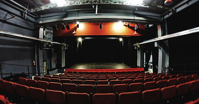 teatro vuoto che mostra impianti in resina e poliuterano per lo spettacolo